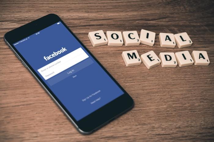 facebookログイン画面が表示されたスマートフォン