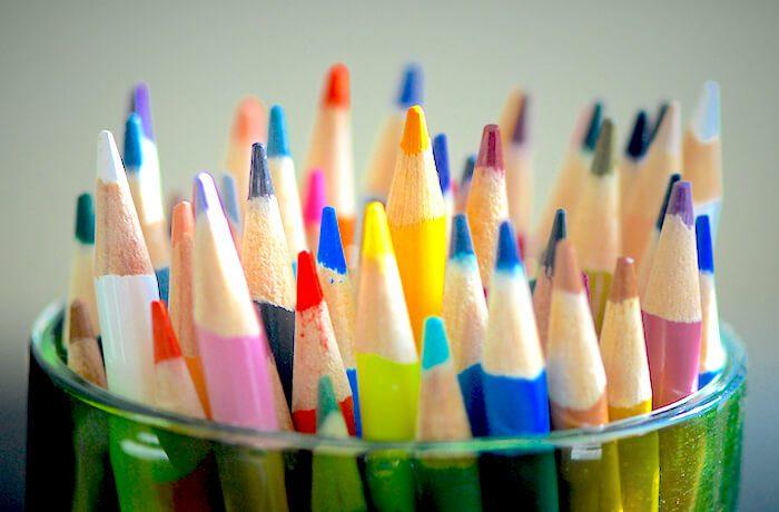 カラフルな色鉛筆の画像