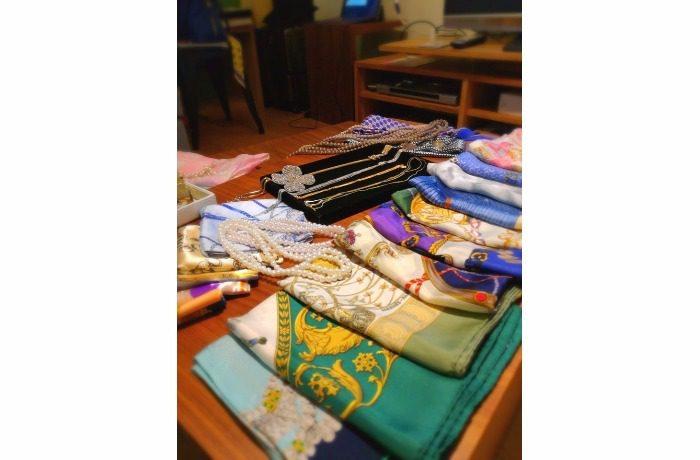 スカーフがたくさん並んでいる
