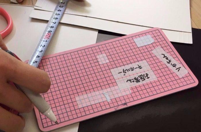 カッティングシートにマスキングテープを貼ってラベルを作っているところ
