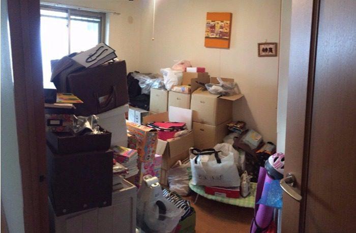 荷物が詰め込まれた部屋