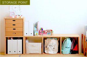 子供のかばんや本やおもちゃが収納された木の収納ボックス