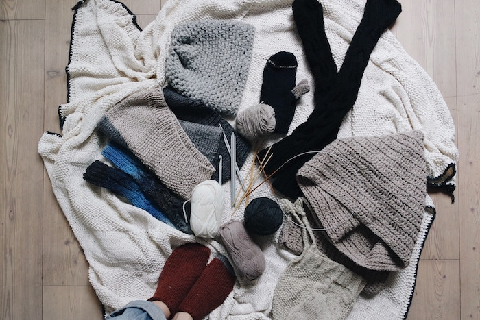 床に散らかった洋服