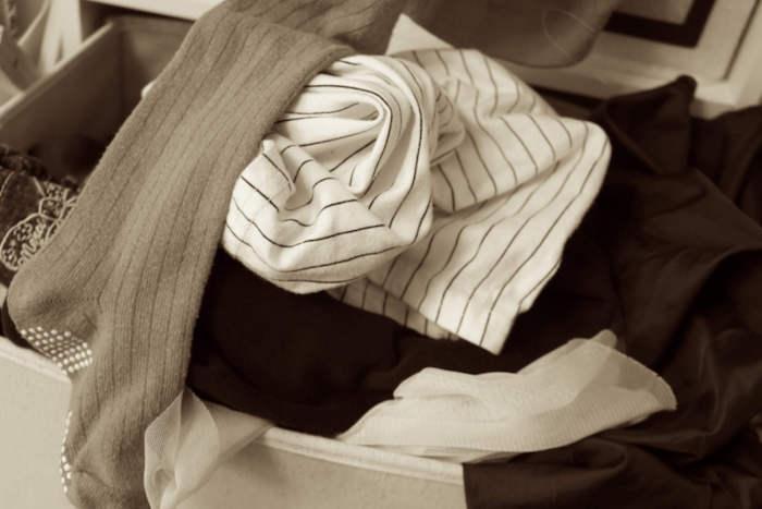 引き出しから溢れ出た洋服