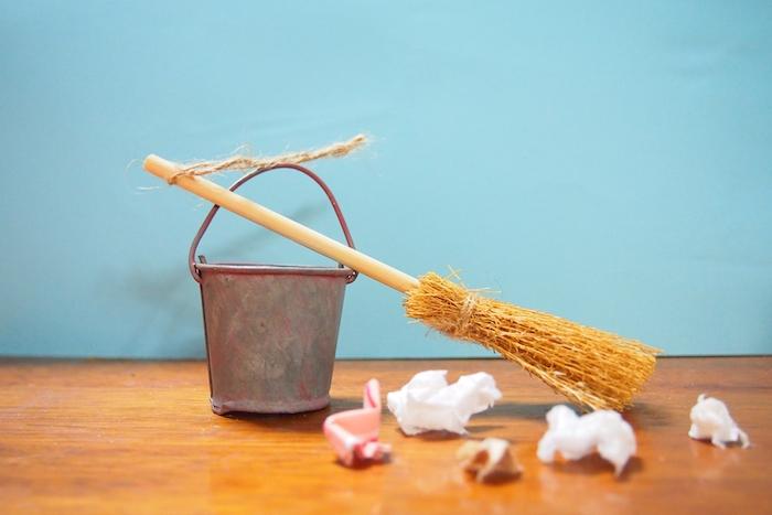 ゴミ掃除中のバケツと箒