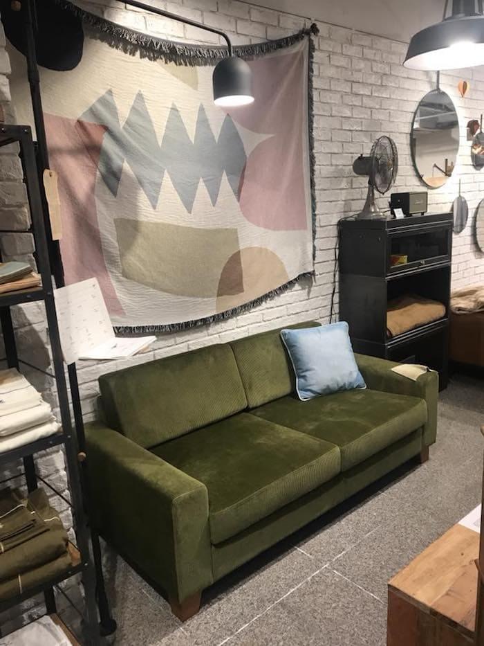 インテリアショップで撮影したグリーンのソファ