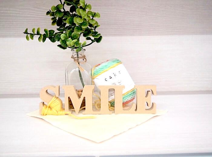 グリーンと木製SMILEのディスプレイ